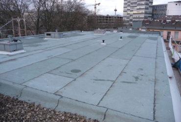 Alte Dächer lassen sich problemlos durch das Aufbringen einer Sanierungsbahn ertüchtigen.
