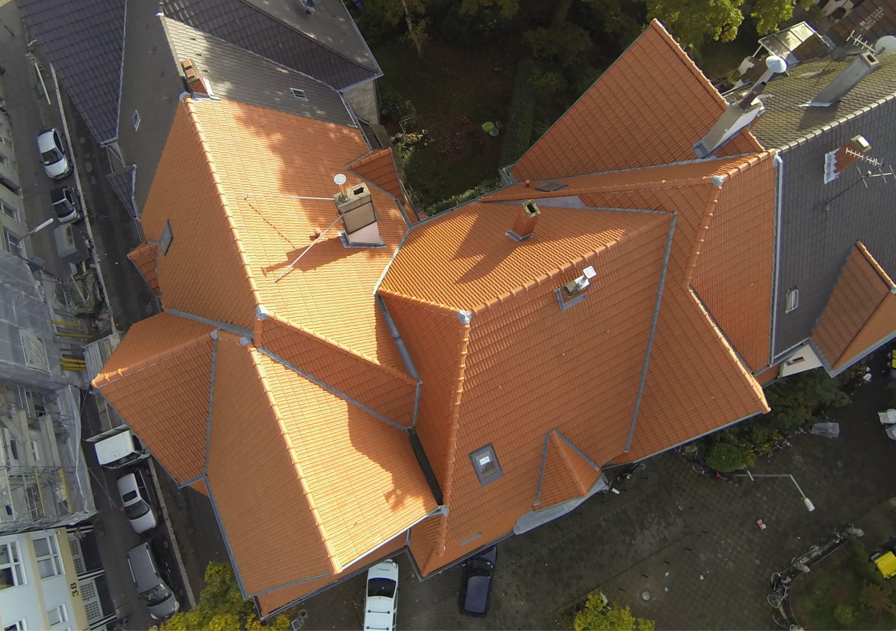 Das Gebäude hat eine recht anspruchsvolle Geometrie, was durch unsere Luftaufnahmen erst so richtig zu ersehen ist.