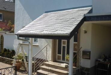 Erstellte Vordachkonstruktion eingedeckt mit Naturschiefer